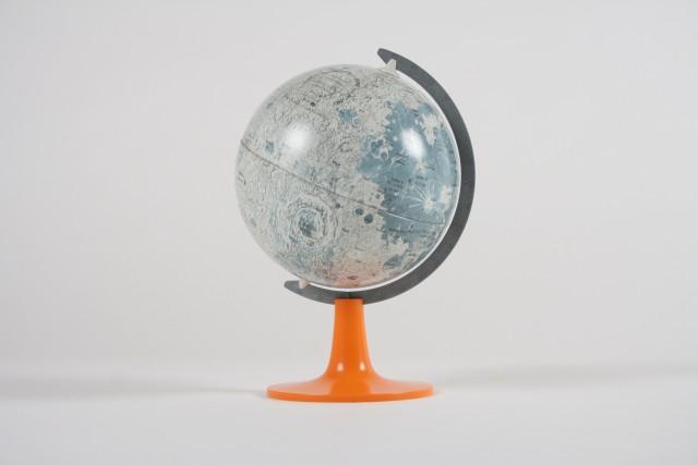 Globus Mond klein, oranger Sockel