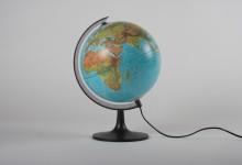 Globusleuchte Erde gross, schwarzer Sockel